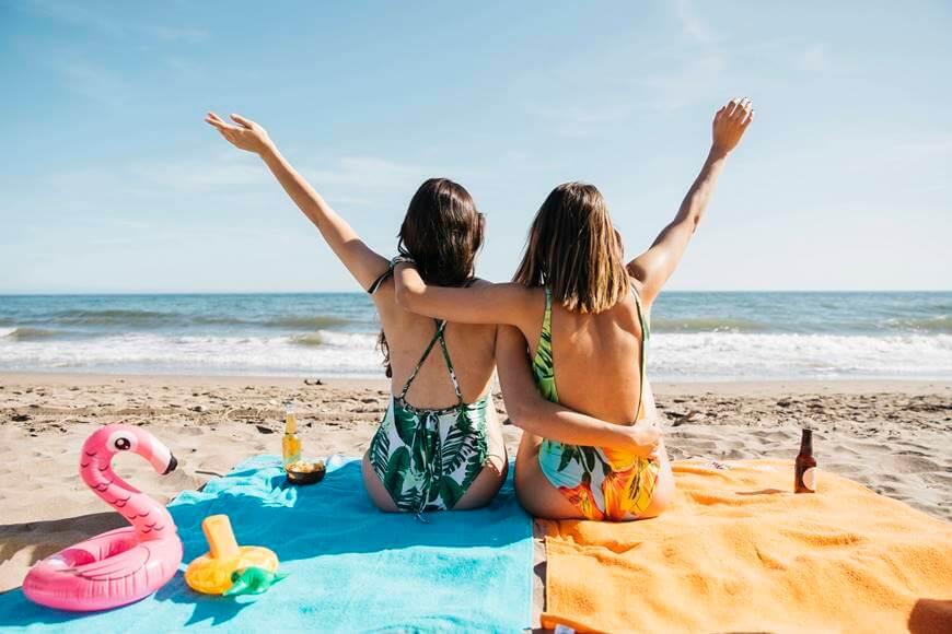 devojke u floralnim kupacim kostimima uzivaju na plazi